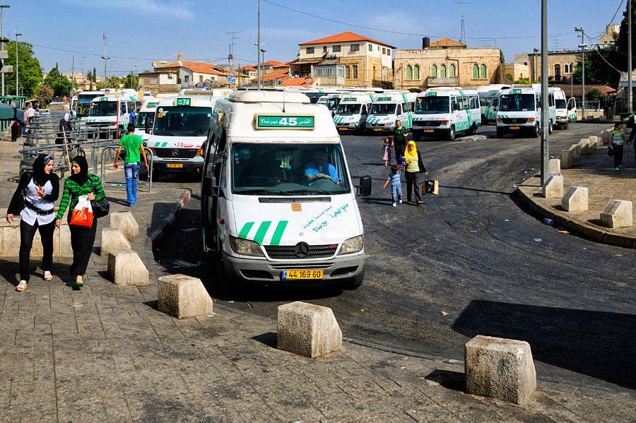 Arabische Sherut-Taxis bringen Sie in alle arabischen Orte wie Bethlehem, Jericho oder auch den Ostteil Jerusalems wie zum Beispiel den Ölberg. (© Matthias Hinrichsen)