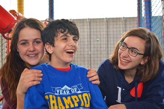 Freiwillige bei ihrem Engagement für ALEH in Israel.