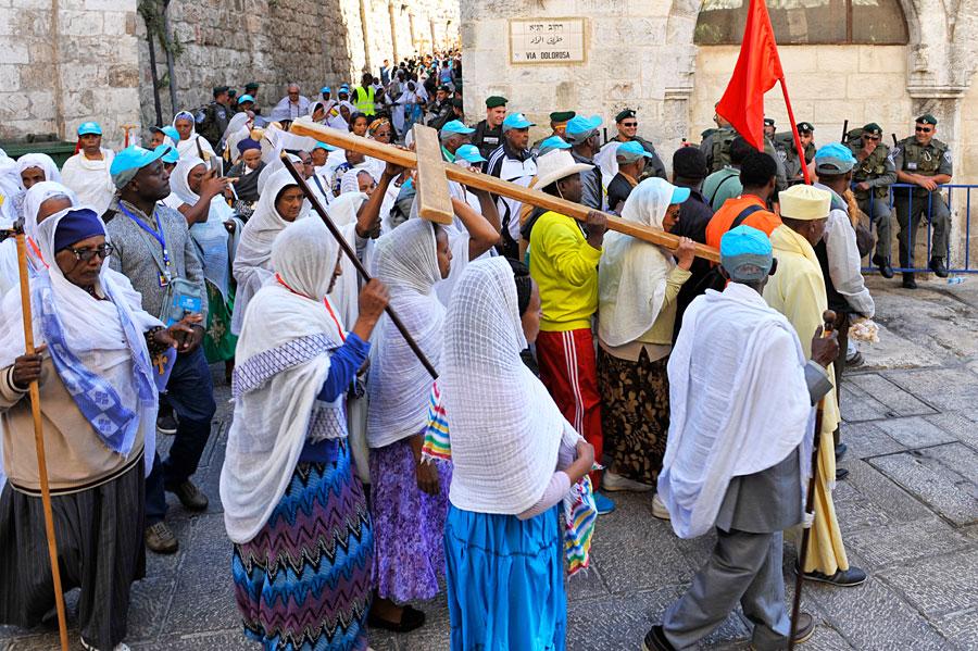 Pilger an Ostern auf der Via Dolorosa