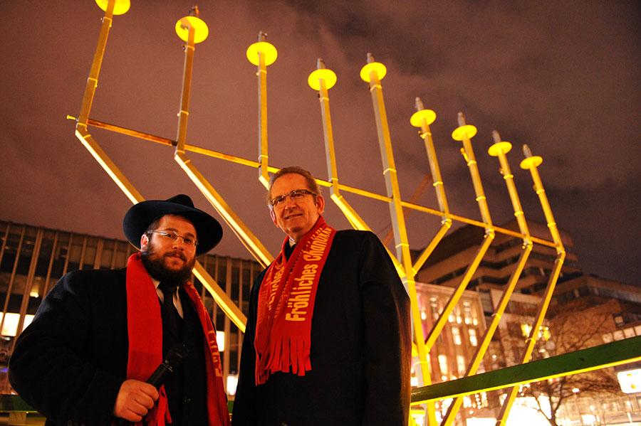 Der 9-armige jüdische Leuchter, die Channukia, wird weltweit entzündet. (© Matthias Hinrichsen)