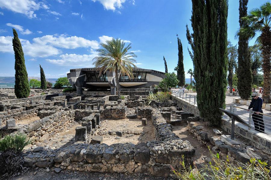 Überreste von Kapernaum mit der Kirche als Schutz über Petrus' ehemaligem Haus. (© Matthias Hinrichsen)