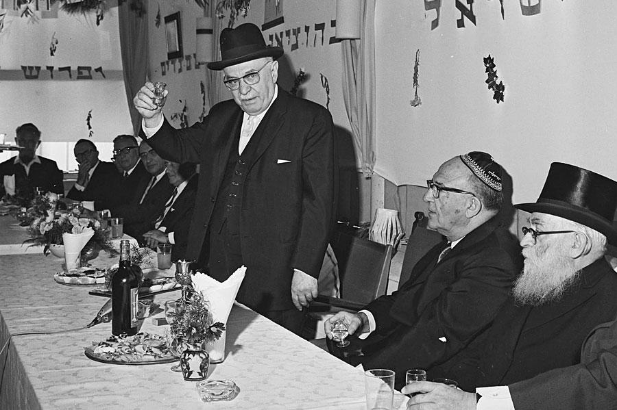 Präsident Shazar beim Kiddusch in einer Sukka im Beit Hanassi in Jerusalem. (© Fritz Cohen/GPO 1967)