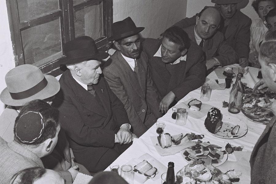 Premierminister David Ben Gurion bei einer Kiddusch-Zeremonie im Beit Lydd Camp. (© David Eldan/GPO 1951)
