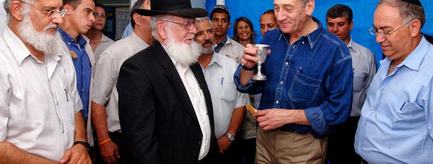 Prämierminister Olmert spricht den Segen über den Wein. (© Moshe Milner/GPO)