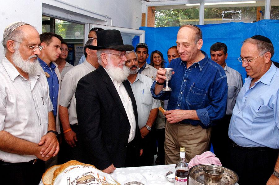 Prämierminister Olmert spricht den Segen über den Wein. (© Moshe Milner/GPO 2006)