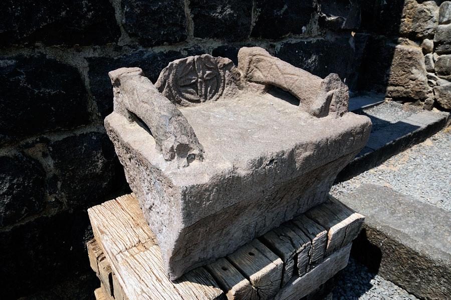 Ehrensitz aus Basalt in Korazim. (© Matthias Hinrichsen)