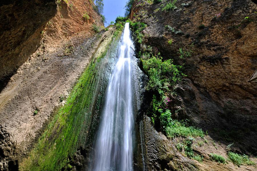 Direkt unter dem 30 Meter hohen Tanur-Wasserfall ist es ohrenbetäubend. (© Matthias Hinrichsen)
