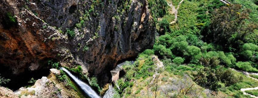 Aus der Vogelperspektive: Der 30 Meter hohe Tanur-Wasserfall. (© Matthias Hinrichsen)