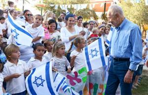 Präsident Shimon Peres zu Feierlichkeiten des 70-jährigen Bestehens des Kibbuz Revivim.