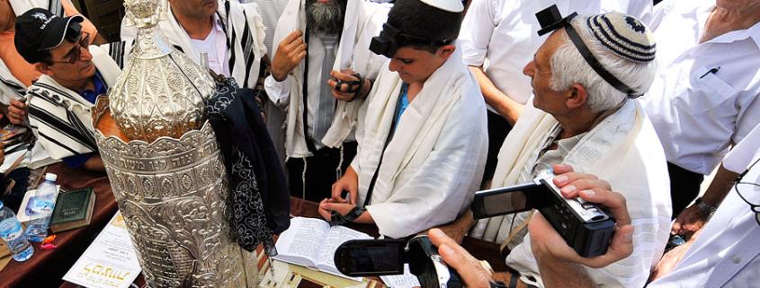 Jüdische Gläubige versammeln sich zur Bar Mitzwa-Feier an der Westmauer. (© Matthias Hinrichsen)