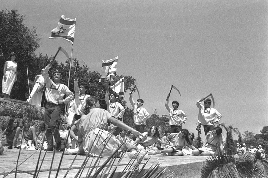 Studenten feiern 1970 in einem Kibbutz Schawuot. (© Fritz Cohen/GPO)