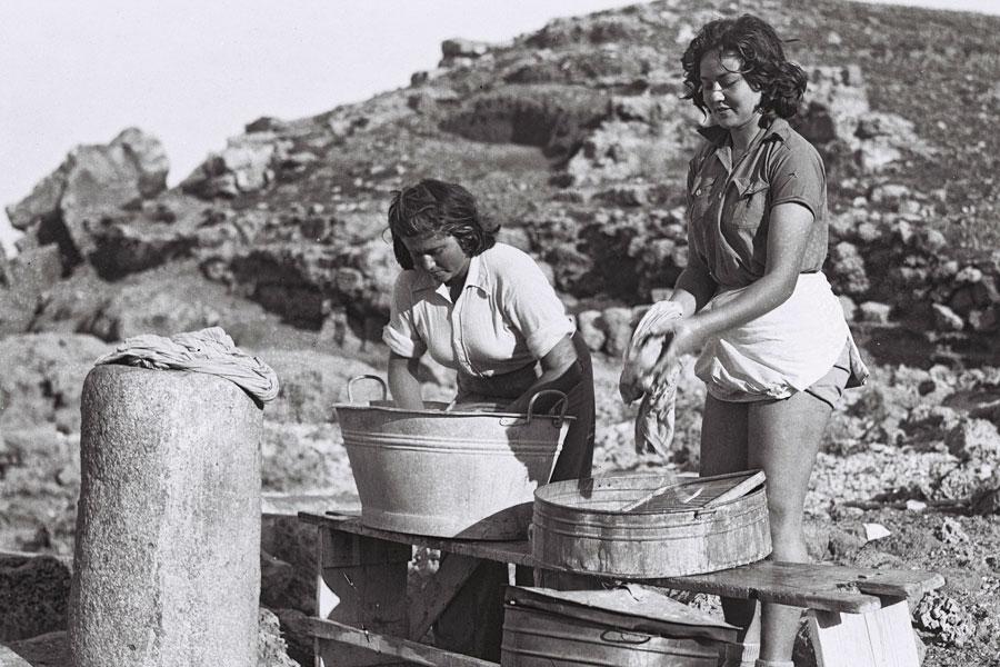 Zwei Frauen des Kibbutz Sdot Yam nutzen 1941 die Überreste con Caesarea als Waschplatz. (© Zolten Kluger/GPO)