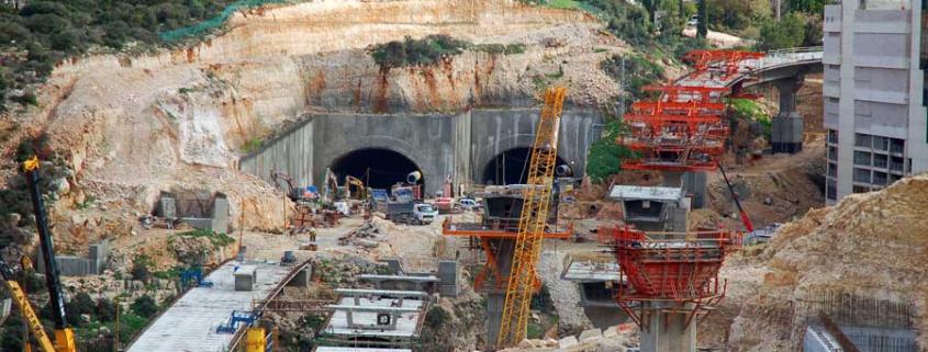 """Carmel-Tunnel in Haifa während der Bauphase. (© David King """"New Tunnel in Haifa"""" CC BY 2.0)"""