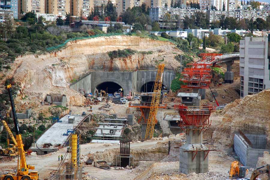 """Carmel-Tunnel in Haifa während der Bauphase. (© David King/flickr """"New Tunnel in Haifa"""" CC BY 2.0)"""