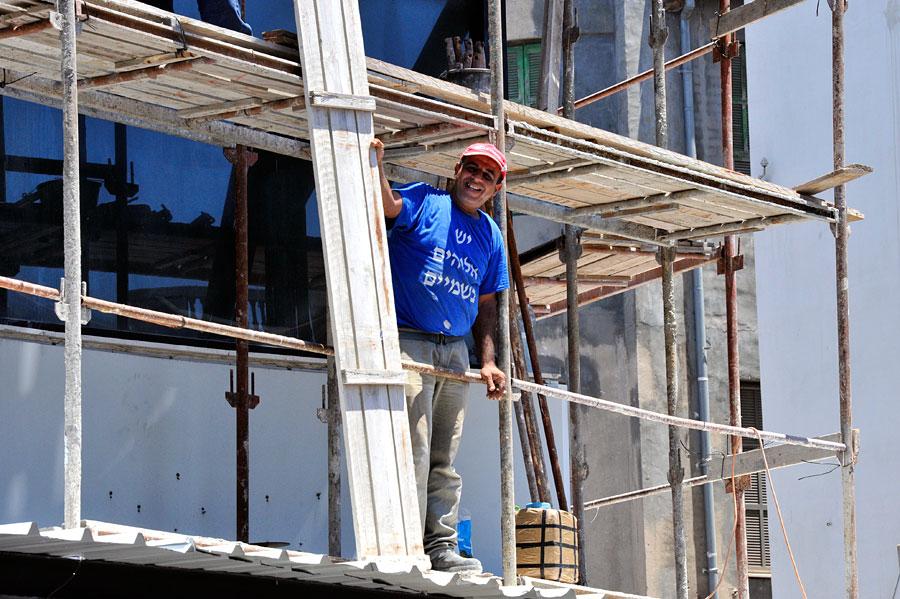 """""""Es gibt einen Gott"""" bekennt dieser israelische Bauarbeiter auf seinem T-Shirt. (© Matthias Hinrichsen)"""