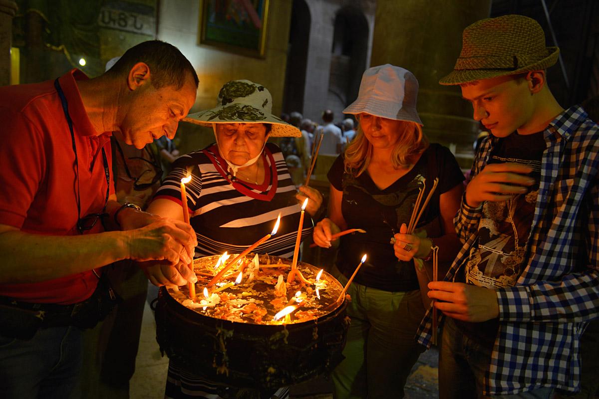 Kerzen zünden in der Grabeskirche