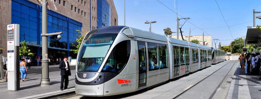 Der Light Rail Train, die Jerusalemer Straßenbahn, an der Haltestelle vor dem Zentralbahnhof.