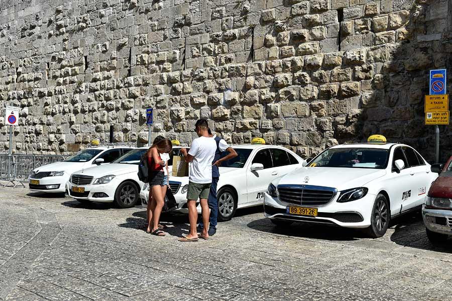 Taxis am Jaffator in Jerusalem. (© Matthias Hinrichsen)