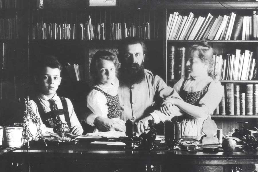 Theodor Herzl mit seinen Kindern in Wien, 1897. (© GPO)