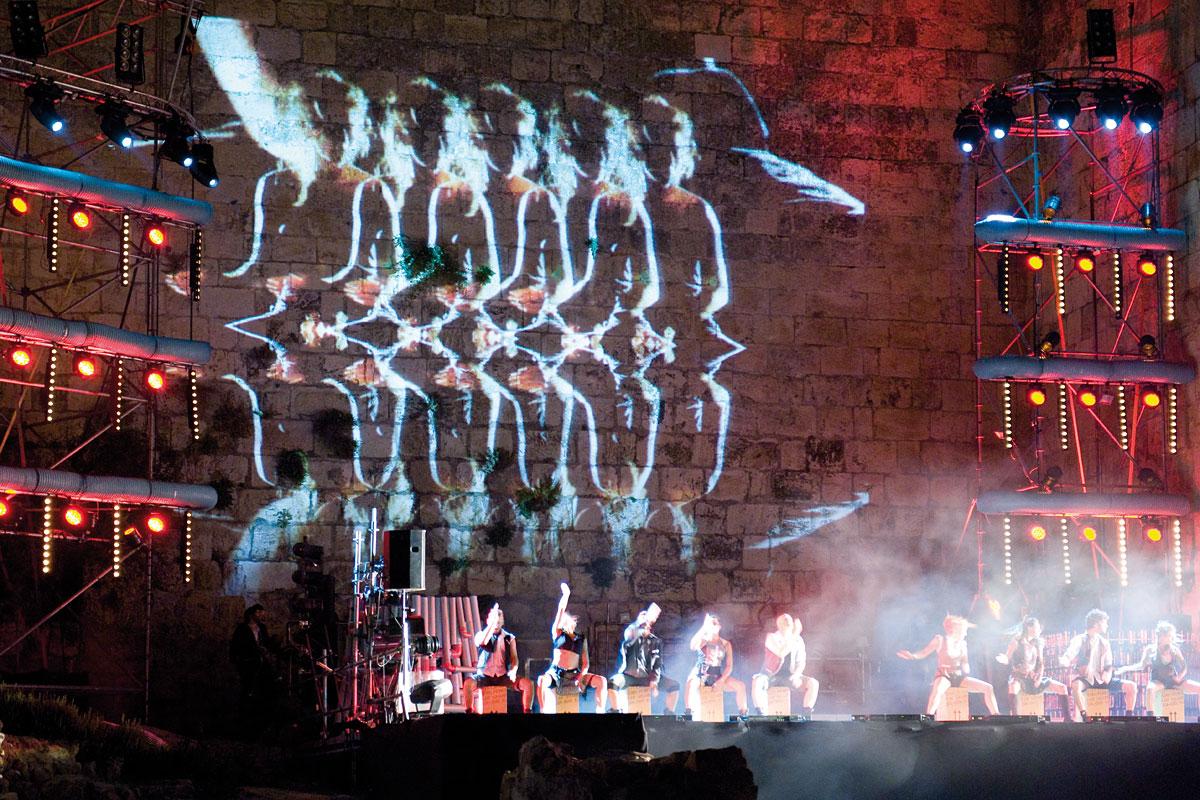 Kultgruppe Mayumana mit Trommelkünsten in Jerusalem.