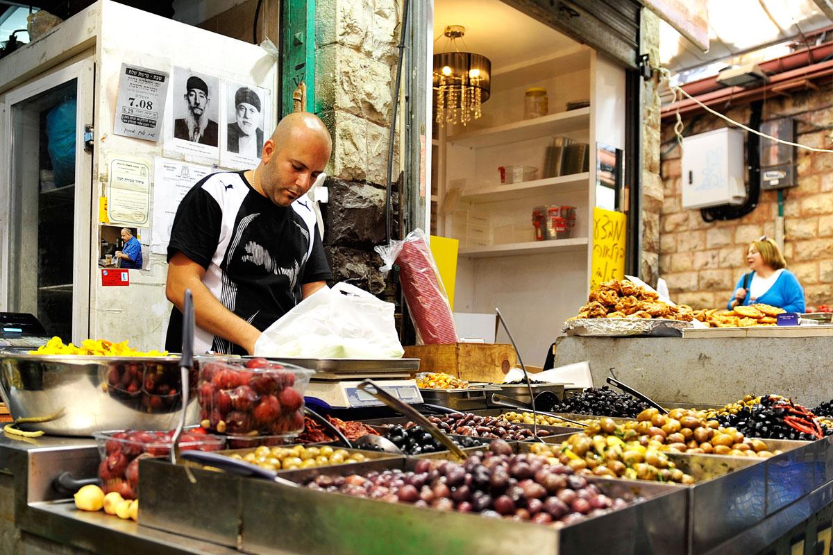 Oliven auf dem Mahane Yehuda Markt in Jerusalem.