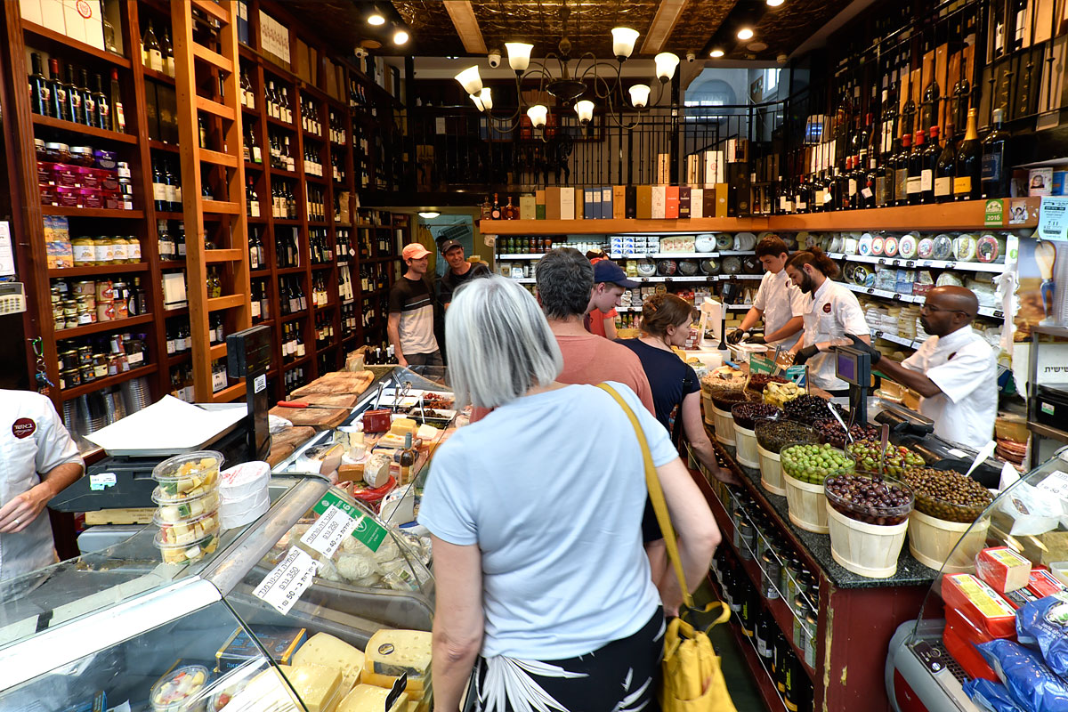 Spezialitätengeschäft mit Käse und Wein auf dem Mahane Yehuda Markt in Jerusalem.