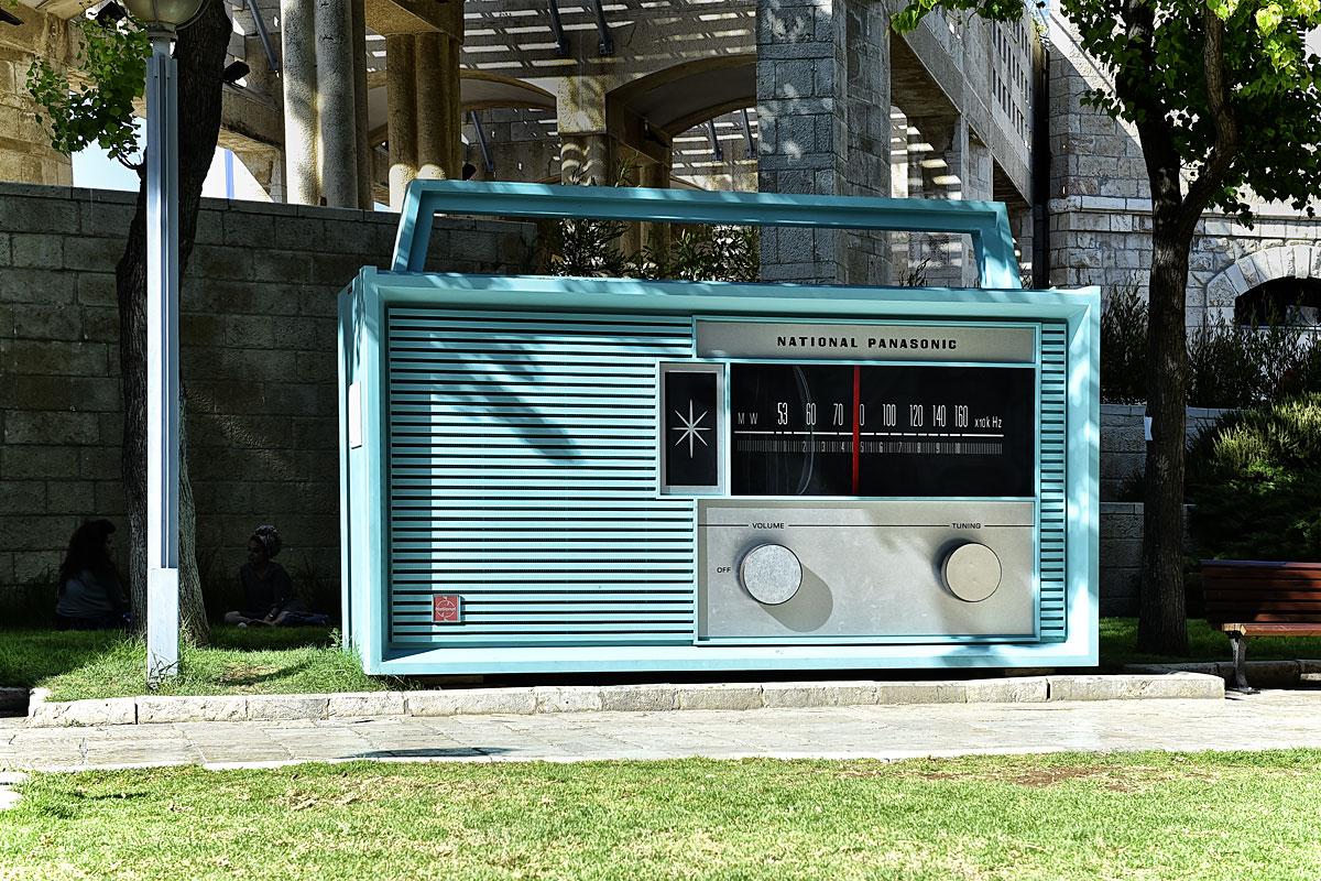 Funktionierendes Riesen-Radio vor der Stadtverwaltung Jerusalem.
