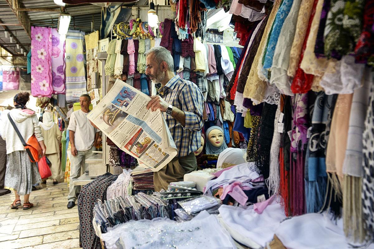 Zeitung lesen muslimischer Händler in Jerusalem