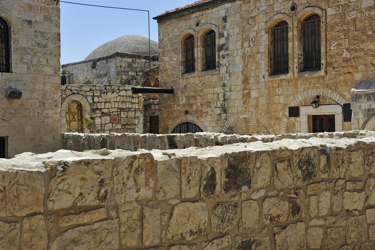 Selbst in der engen jüdischen Altstadt ist  Platz für eine Synagoge.