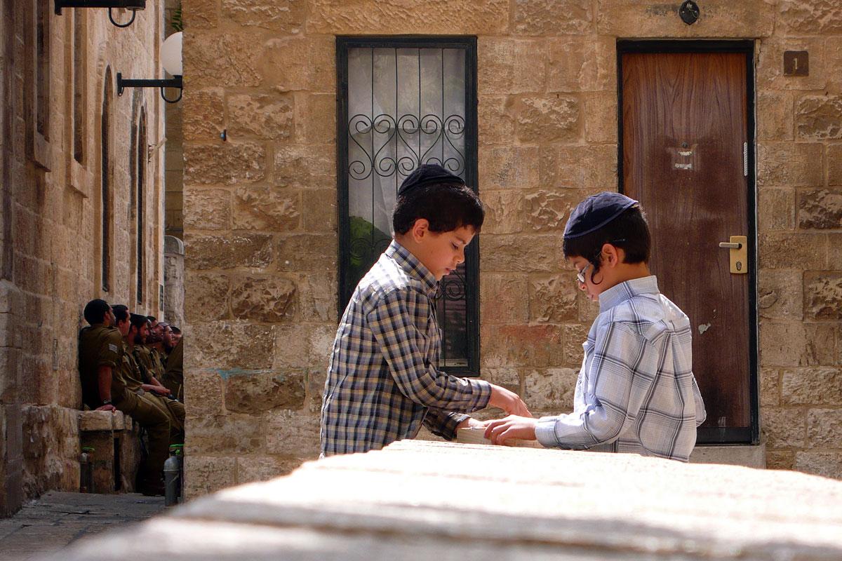 Jüdische Kinder spielen im jüdischen Altstadtviertel Jerusalems.