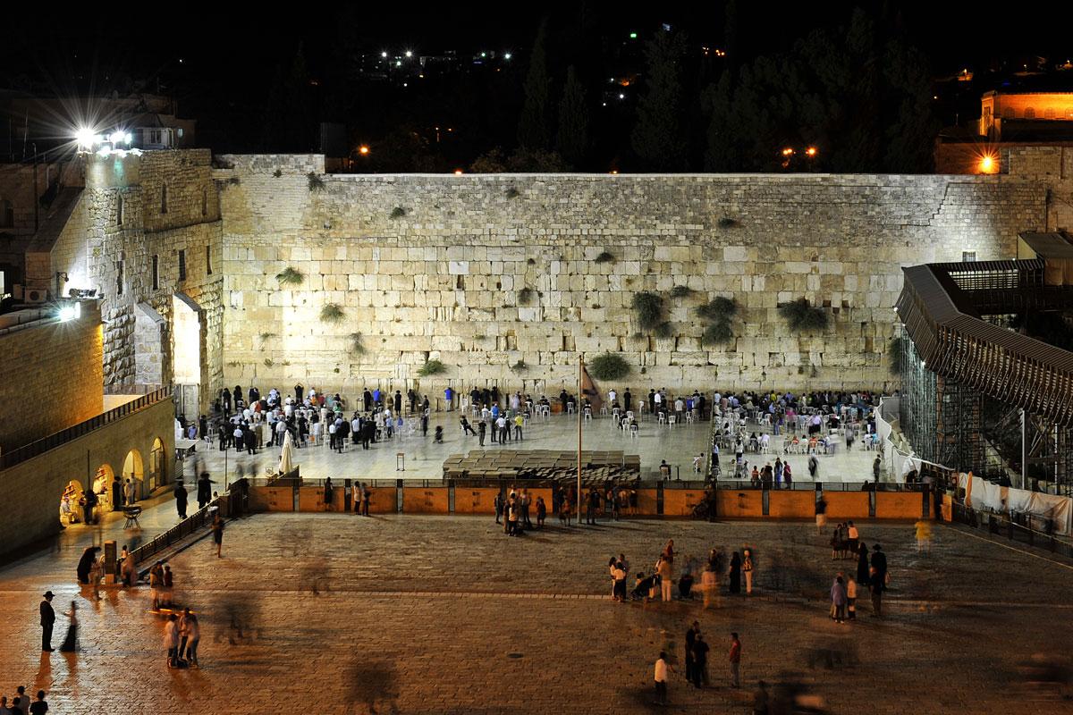 Tag und Nacht hat man Zugang zur Klagemauer in Jerusalem.