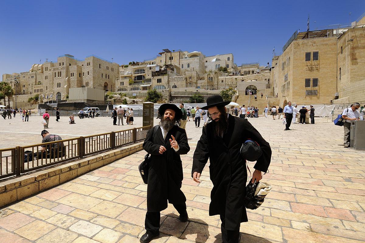 Orthodoxe Juden auf dem Weg zum Gebet an der Klagemauer.