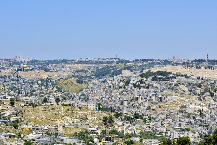 Blick von der Armon Hanatziv Promenade auf Jerusalem, links der Tempelberg, rechts der Ölberg.