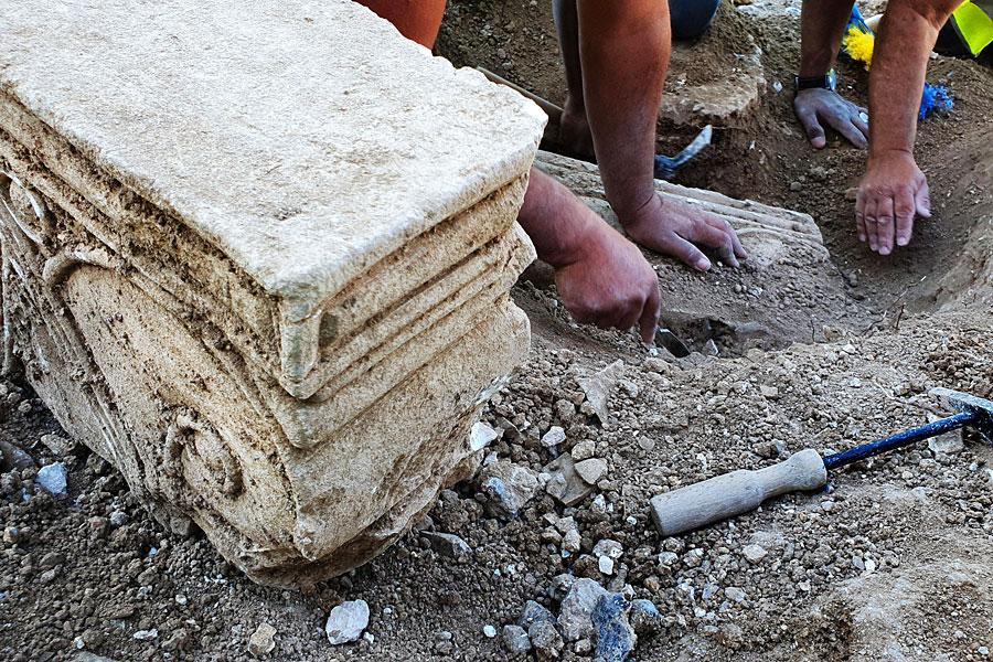 Die historischen Kapitelle in Jerusalem werden ausgegraben.