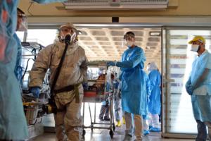 Sanitäter in Israel üben Virus-Infektion