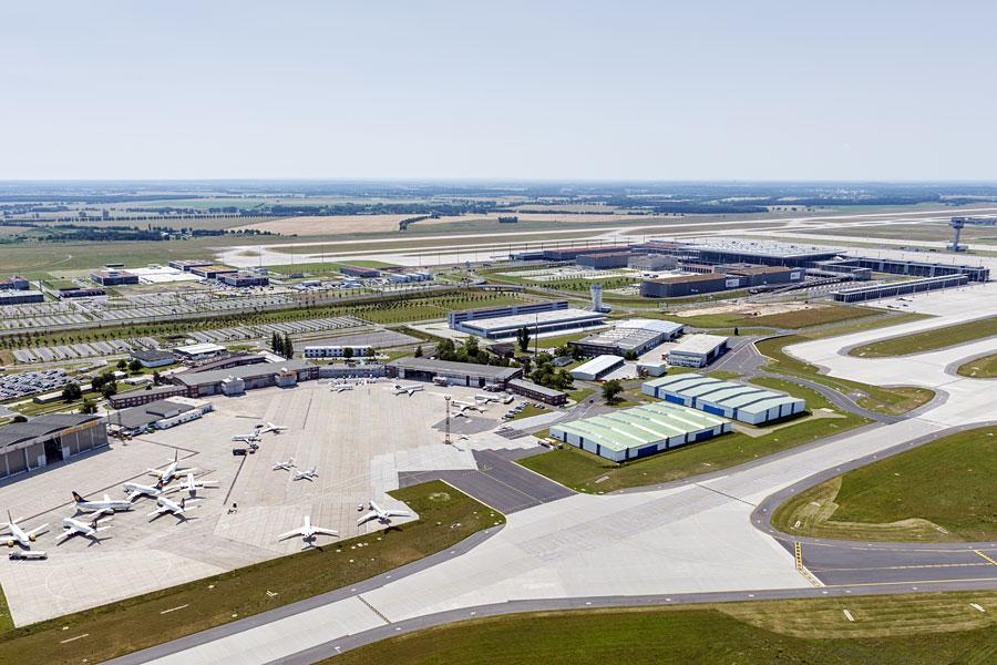 Der Flughafen Berlin Brandenburg BER aus der Luft.