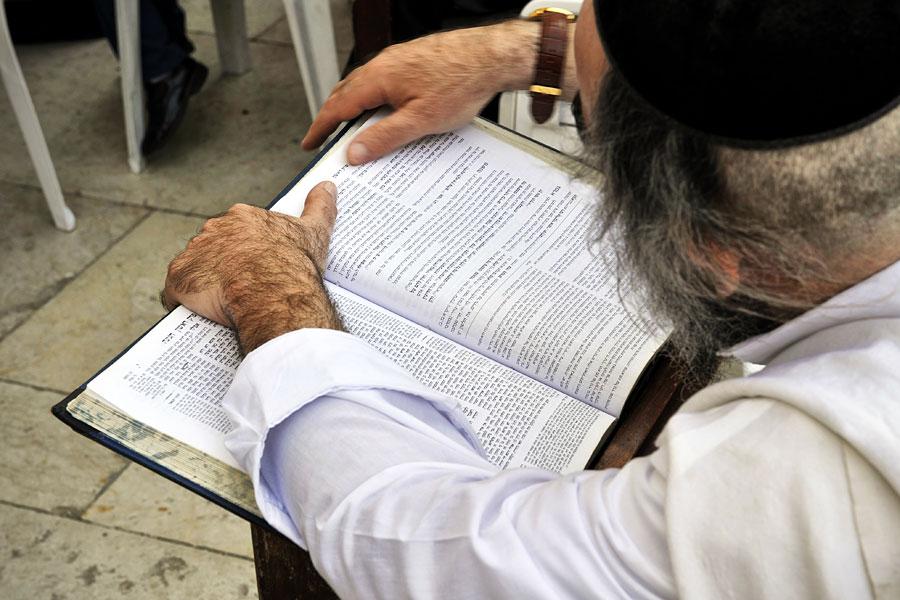 Rabbiner liest im Talmud.
