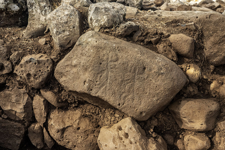 Die zwei Figuren auf dem historischen Stein.