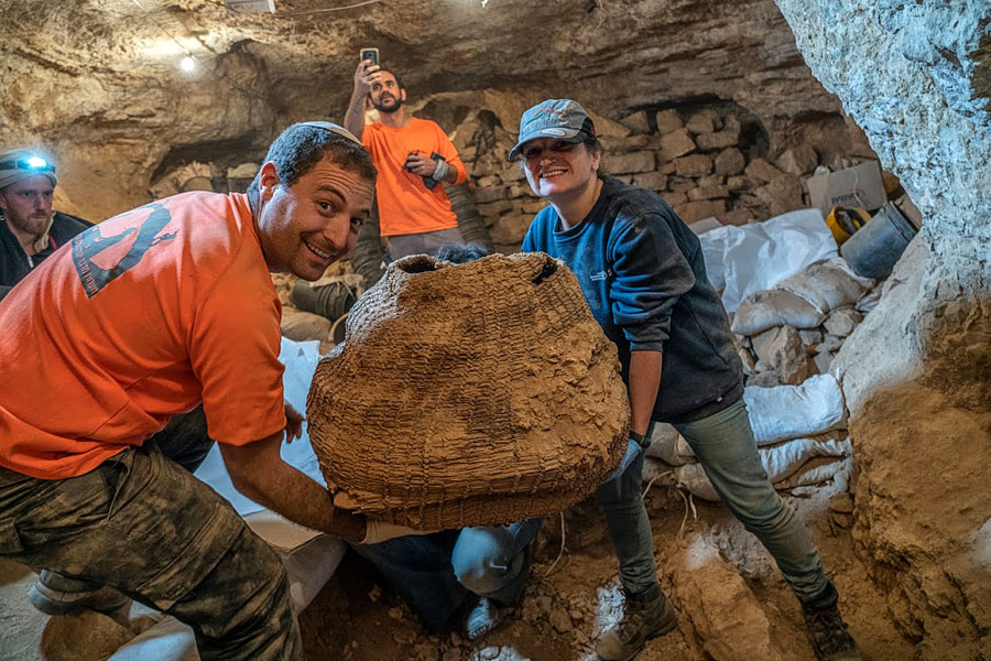 Jugendliche zeigen ihren Fund, einen 10.500 Jahre alten Korb.