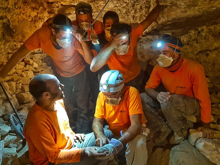 Der Moment, in dem die Schriftrolle des Buches der zwölf kleinen Propheten in der Muraba'at-Höhle entdeckt wurde.