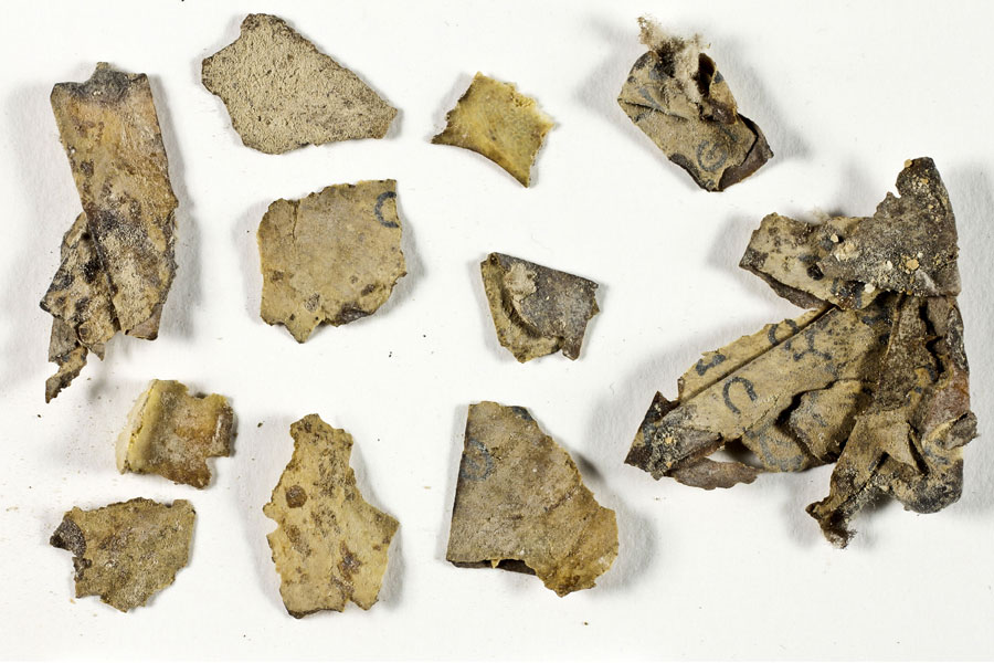 Fragmente der antiken Schriftrollen.