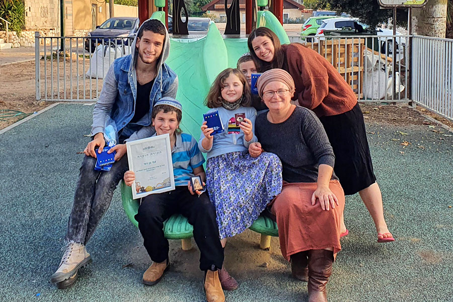 Die Familie Ben-David mit dem glücklichen Finder Zvi.