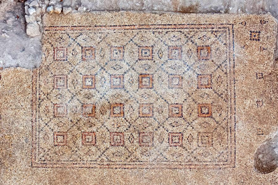 In Yavne freigelegter Mosaikboden