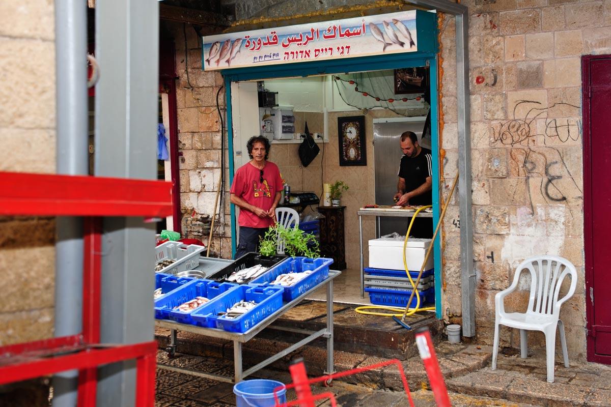 Fischhändler in der Altstadt von Akko.
