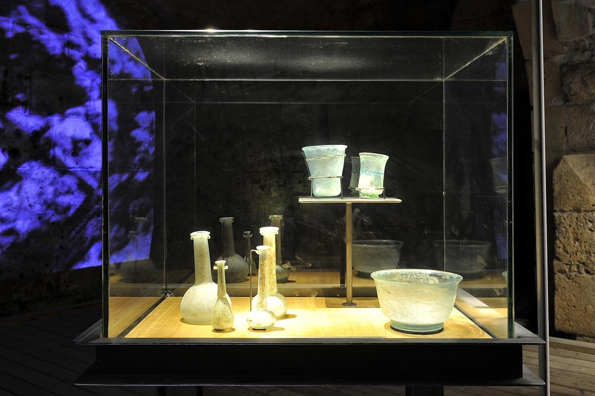 Gefäße aus Glas, die in der ehemaligen Hospitalerfestung