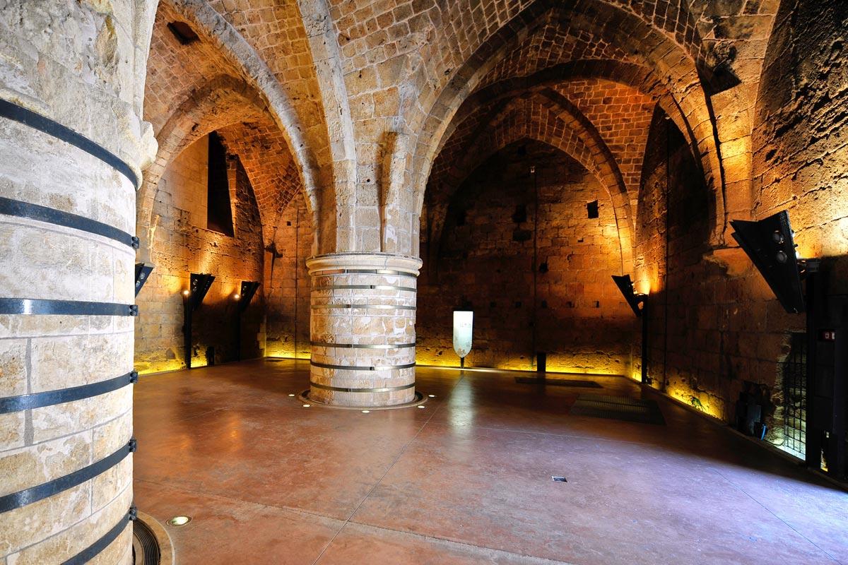 Die gewaltigen Säulen im Säulensaal der Kreuzfahrer-Festung Akko.