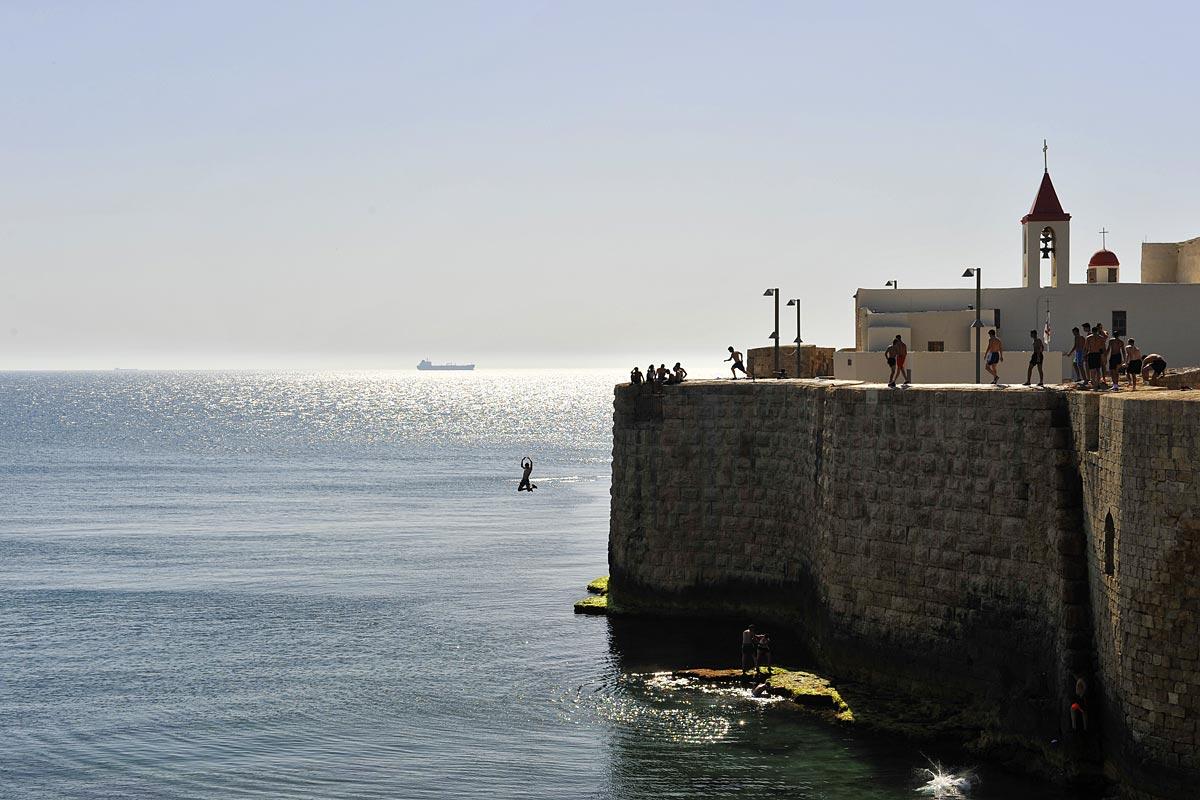 Arabische Jungs beweisen ihre Mut indem die von der Stadtmauer 20 Meter in die Tiefe springen.