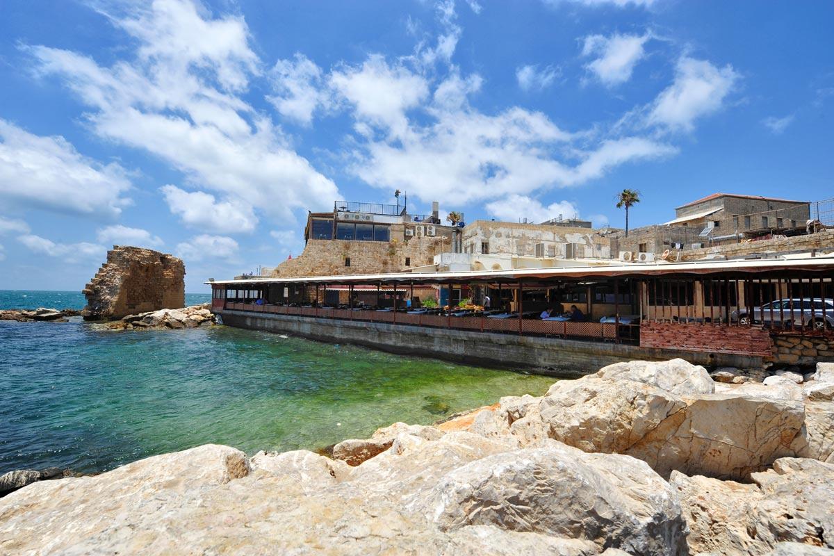 Hafenrestaurant vor der Altstadtmauer.