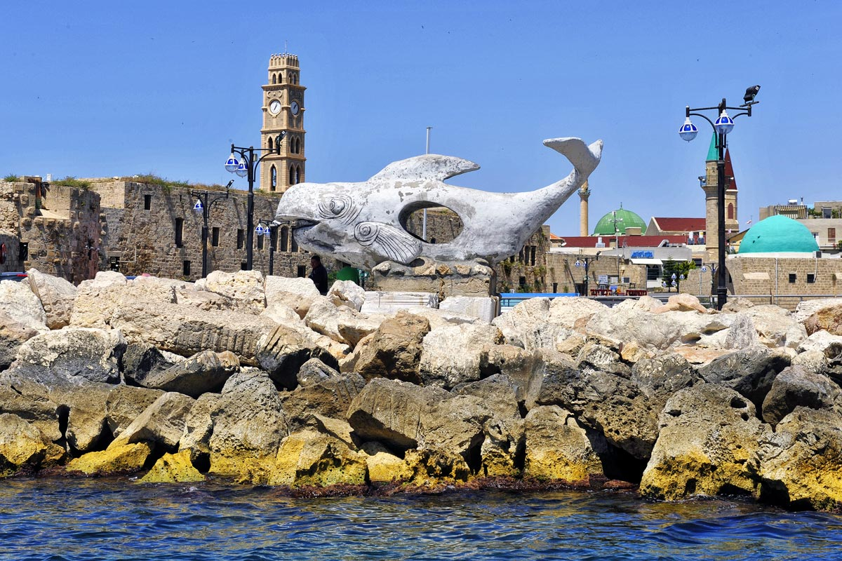 Wal-Kunstwerk am Hafen von Akko.
