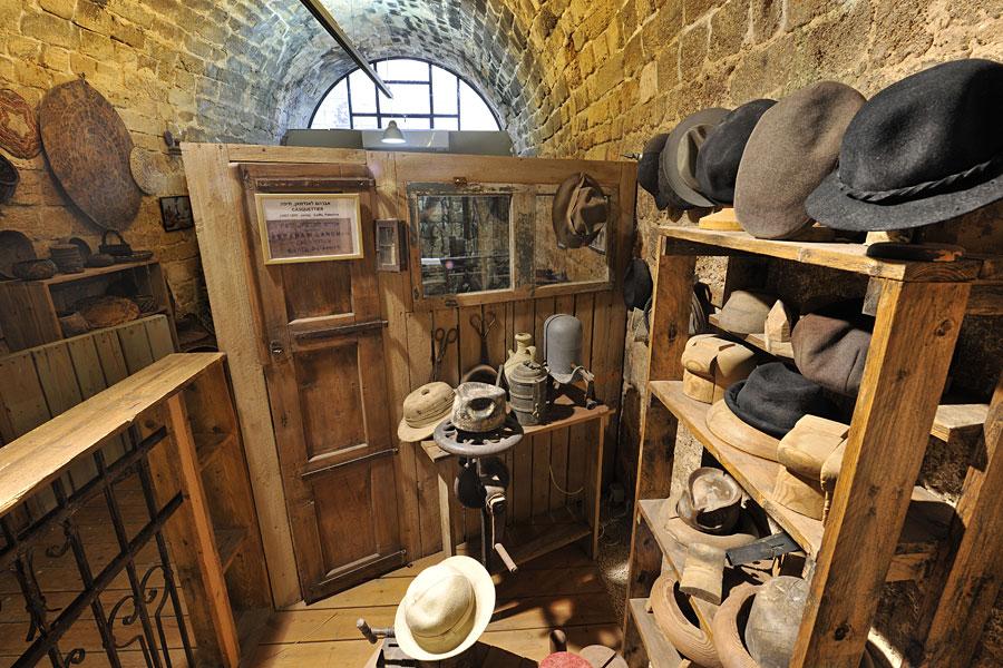 Hutmacher im Museum Schätze in der Mauer in Akko